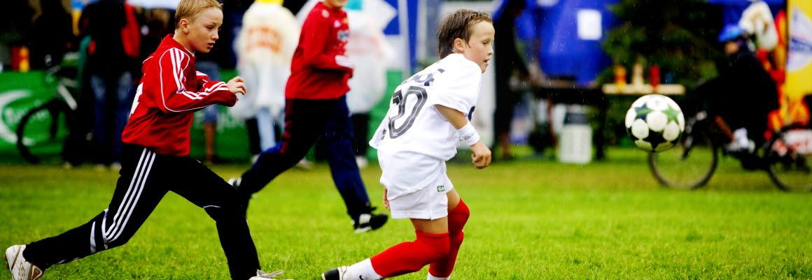 To unge fotballspillere kjemper om ballen på Norway Cup på Ekeberg